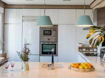 Cocina moderna con toques turquesa
